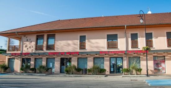 Place centrale Satolas-et-Bonce avec le coiffeur esprit de beaute boulangerie patisserie